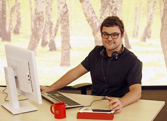 Unsere neuen Büros für den Bereich Kommunikation mit Birkenwand und neuen Arbeitsplätzen